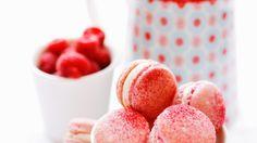 Für die Füllung den Frischkäse mit dem Puderzucker, dem Himbeersirup und dem Rosenblütenwasser verquirlen: Pinke Macarons mit Himbeeren |http://eatsmarter.de/rezepte/pinke-macarons-mit-himbeeren