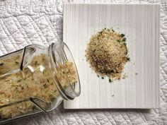 La chapelure peut se réaliser avec toutes les sortes de pain, y compris les biscottes. Mais la meilleure à mon sens est celle faite avec de ... Coconut Flakes, Pain, Cooking, Menu, Food, Baby Cooking, Recipes, Cooking Food, Fall Season