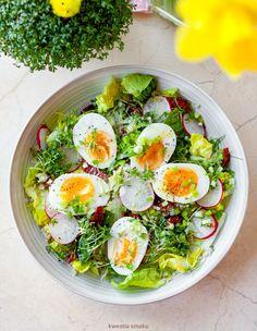 Sałaka z jajkami, kaszą jęczmienną i suszonymi pomidorami