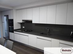 Room Door Design, Kitchen Room Design, Modern Kitchen Design, Interior Design Kitchen, Moduler Kitchen, Black Kitchen Cabinets, Kitchen Decor, Black Backsplash, Design Moderne
