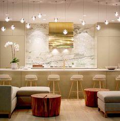 26 Awesome Glam Kitchen Design Ideas : White Kitchen Stools And Elegant Light Bulb Decor Küchen Design, Layout Design, House Design, Deck Design, Design Ideas, Brass Kitchen, Kitchen Hoods, Chef Kitchen, Kitchen Living