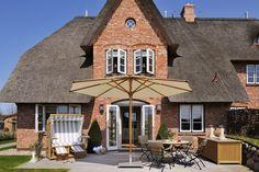 Exklusives Ferienhaus mit 1000 qm Grundstück #Senhoog #Morsum #Sylt Luxury Holidays, Cabin, House Styles, Home Decor, Berlin, Homes, Downstairs Toilet, Spacious Living Room, Decoration Home