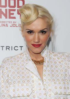 Wohl kaum jemand kann mehr Knot-Varianten präsentieren als Gwen Stefani! Die Popikone knotet ihr platinblondes Haar mal direkt an der Stirn...