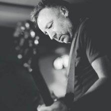 Peter Hook and The Light - Peter Hook, è lo storico bassista dei Joy Division e dei New Order, la band nata dopo lo scioglimento dei primi. Ad ormai più di 30 anni dalla morte del carismatico frontman del gruppo, Ian Curtis, avvenuta a Macclesfield il 18 maggio 1980, Hook accompagan...