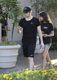   5SOS LUKE HEMMINGS and GIRLFRIEND ARZAYLEA SPOTTED IN WEST HOLLYWOOD…