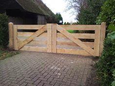 I really like this lovely black fence Front Gates, Front Yard Fence, Farm Fence, Entrance Gates, Fence Gates, Wooden Farm Gates, Fence Gate Design, Timber Gates, Tor Design