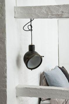 Teollinen lamppu on katseenkiinnittäjä ja tuo asennetta sisustukseen. #etuovisisustus #valaistus
