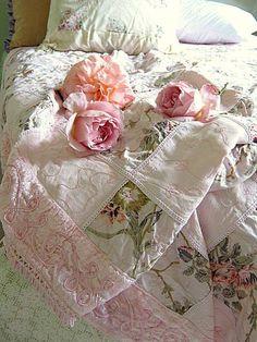 shabby chic quilt using vintage fabrics. Cottage Shabby Chic, Shabby Chic Bedrooms, Rose Cottage, Shabby Chic Homes, Shabby Chic Style, Cottage Style, Romantic Cottage, Cottage Living, Living Room