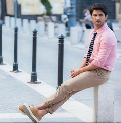 He is waiting for kriti in movie raabta. Bollywood Stars, Bollywood Fashion, Bollywood Images, Ankita Lokhande, Portrait Photography Men, Indian Men Fashion, Men's Fashion, Indian Star, Sushant Singh
