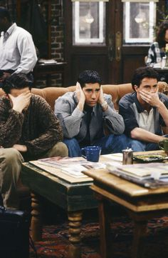 The guys at Central Perk on Friends---Matt LeBlanc (Joey), David Schwimmer (Ross), Matthew Perry (Chandler) Friends Show, Friends 1994, Serie Friends, Friends Cast, Friends Moments, Friends Forever, Chandler Friends, Friends Season 3, Ross Friends