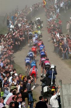 Thousands of spectators cheer on the peloton as it passes through in 2003                                  #cycling #cyclinggroups #groupcycling