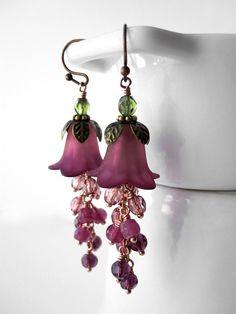 Tellement romantique... ces disposent de boucles d'oreilles fleur un dangle abondant, ludique guirlande de petit verre perles dans un beau, dégradé ombre... violet profond à doux, rose rose. Parfait pour les bijoux pour un mariage de jardin, ou cadeau pour un amoureux de la nature. -Fleur acrylique : un peu plus 1/2 de haut (12mm) -Oreilles de perles en « guirlande »: environ 1/8 chacun (4mm) -Longueur: environ 1-3/4 po (45mm) du bas du français boucle d'oreille crochets Boîte à bijoux…