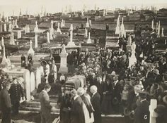 Henry Lawson's funeral at Waverley Cemetery on 4 September 🌹 Australia Day, Victoria Australia, Waverley Cemetery, Melbourne Victoria, After Life, Historical Pictures, Handwriting, Funeral, Old Photos
