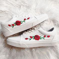Rose toppen rode op echte witte Unisex aangepaste roos geborduurd-Patch Vans Old-Skool Sneakers Mens en Womens grootte beschikbaar (Kies zorgvuldig je maat - aanbieding is Amerikaanse maat van het board.) Ze zijn echte Vans Sneakers die zijn aangepast met de hand. Prijs getoond is