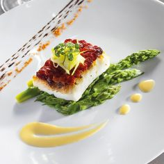 Turbot steak in Chorizo ​​scales Vegetables Primeurs and Orange butter Fish Recipes, Seafood Recipes, Gourmet Recipes, Gourmet Foods, Food Plating Techniques, Fancy Dishes, Chorizo, Food Decoration, Molecular Gastronomy