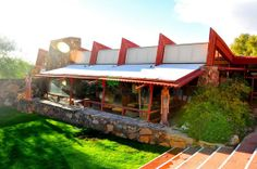 The Frank Lloyd Wright School of Architecture housed in Wright's Taliesin West might be facing loss of accreditation. School Architecture, Art And Architecture, Frank Lloyd Wright Homes, Usonian, Winter House, Googie, Mid Century Modern Design, House Styles, Places