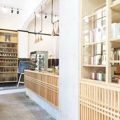 ☕️ Kaikado Cafe ・ 先月オープンした茶筒の老舗『開花堂』のカフェ。商品イメージを体現したかのような、 真新しい和モダンな空間。光あふれる素敵なカフェ。