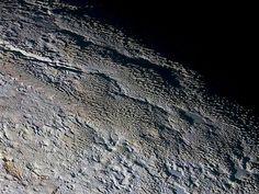 Primeiros estudos sobre os dados enviados pela sonda New Horizons foram publicados na Science. Há ali processos geológicos ativos e muita diversidade mineral