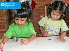 L'inizio di un capolavoro. Bimbe accolte nel SOS Social Centre di Maracay in Venezuela intente a dipingere.