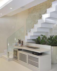 Idéia super bacana para o espaço embaixo da escada! Neste projeto as arquitetas Patrícia Franco e Claudia Pimenta optaram por um móvel que acomoda tanto a adega quanto acessórios. É o jardim de inverno de fundo ficou lindo! Adorei