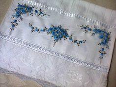 - Toalha de Lavabo bordada na cor azul mesclado e acabamento em renda branca floral e mini pérolas. Lindo Amei.