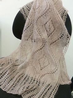 Le tricot ajouré, en version châle rectangulaire cette fois.