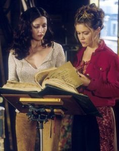 Charmed-tv-show. Oh how the book of shadows helped so much Serie Charmed, Charmed Tv Show, Holly Marie Combs, Rose Mcgowan, Alyssa Milano, Phoebe And Cole, Charmed Book Of Shadows, Charmed Sisters, Princesses