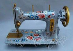 Sewing machine Nill decorating everything a little: ? Treadle Sewing Machines, Antique Sewing Machines, Vintage Sewing Notions, Sewing Rooms, Artisanal, Machine Quilting, Sewing Projects, Quilts, Decoration