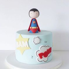 Bolo fofo demais para festa Superman, adorei! By @peaceofcakedesign ❤️ #kikidsparty