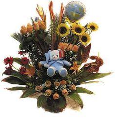Espectacular arreglo con gran variedad de flores delicadamente complementado con globito y peluche.
