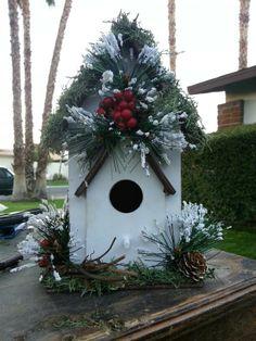 Diy christmas birdhouse Christmas Bird, Christmas Porch, All Things Christmas, Christmas Wreaths, Christmas Ornaments, Christmas Arrangements, Christmas Centerpieces, Christmas Decorations, Decorative Bird Houses