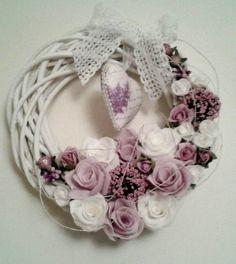 veniec prútený s - Hľadať Googlom Easter Wreaths, Diy And Crafts, Floral Wreath, Spring, How To Make, Wedding, Home Decor, Crowns, Gift