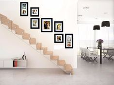 Six original ideas for hanging picture frames at home Staircase Wall Decor, Stair Walls, Stairs, Hanging Picture Frames, Hanging Pictures, Stairwell Pictures, Stair Angle, Upcycled Furniture, Home Decor Kitchen