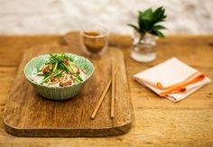 Salada de bifum com peru desfiado e molho de amendoim | Panelinha - Receitas que funcionam