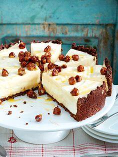 Schoko-Mürbeteig, luftige Quarkmousse und gebrannte Nüsse - diese Torte ist der Hit!