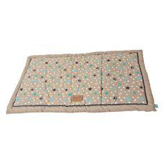 Wunderhübsche Katzendecke, aus beigem Stoff, mit Sternen und Pfotenabdrücken verziert. Die Decke ist dick gefüttert, sodass sie sehr gut isoliert und somit wärmt.  Erhältliche Größen: 58x42cm oder 75x47cm
