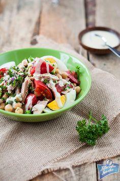 Tuna and chickpea salad with tahini dressing/Sałatka z tuńczyka i ciecierzycy i dressingiem tahini