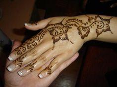 tatouage au henn rouge sur la main