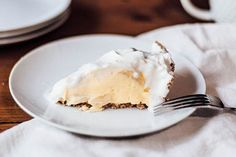 Good news: There& a better-for-you version of your favorite banana cream pie recipe, and it& as easy as the original. No need to wait for a special occasion to make a banana pie! Easy Banana Cream Pie, Banana Pie, Banana Dessert Recipes, Pie Dessert, Drink Recipes, Just Desserts, Delicious Desserts, Light Desserts, Diabetic Desserts