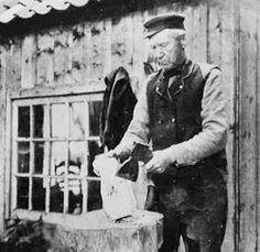 #Klompenmaker: Het ambacht klompenmaker is alleen nog op braderieën en jaarmarkten te zien. Waar ieder dorp in Nederland vroeger een eigen klompenmaker kende, bestaan er nu in Nederland nog maar een paar die zelfstandig klompen produceren en verkopen. Klompen worden gemaakt van populieren-, wilgen- of iepenhout.   Voor de liefhebbers hierbij een link naar een leuk filmpje van een klompenmakerij: http://youtu.be/FgwCErsZph4  www.vivier.nl
