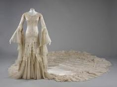 V&A: Wedding dress outfit consisting of an embroidered silk satin dress and tulle veil by Norman Hartnell - 1933 Vintage Outfits, Vintage Gowns, Vintage Mode, Vintage Fashion, Norman Hartnell, Look Gatsby, Bridal Gowns, Wedding Gowns, 1930s Wedding