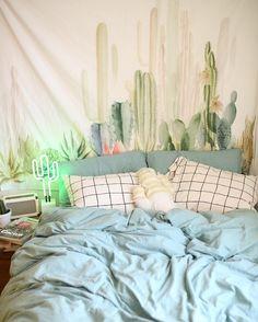 Quarto com tons de verde e azul, e decoração descontraída com cactos pintados. #cactos