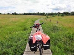 Juli-e-cycle dans les marais du Luxembourg pour Velafrica: piste cyclable insolite! #velo #bicyclette #veloelectrique #ebike #vae #tourdefrance #cyclingtour #cyclotourisme #RestartCycleTourism #ardennes #cyclingtour #juli_e_cycle #velafrica #luxembourg
