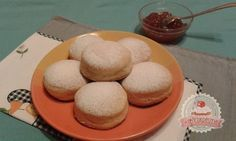 Sütőben sült fánk - 50 dkg liszt 3 dl tej 3 dkg élesztő 6 dkg cukor 2 tojássárgája 2 vaníliás cukor 5 dkg vaj csipet só ízlés szerinti lekvár   Forrás: http://webcukraszda.hu/sutoben-sult-fank/