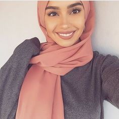 pretty hijab style with earrings Islamic Fashion, Muslim Fashion, Modest Fashion, Modest Outfits, Beautiful Muslim Women, Beautiful Hijab, Mode Turban, Hijab Makeup, Hijab Fashion Inspiration