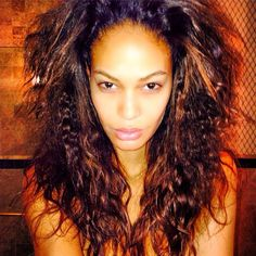 Pin for Later: Die Stars liefern den Beweis: Es geht sehr wohl auch mal ohne Makeup Joan Smalls