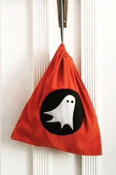 Trick-or-treat Halloween candy bag. This candy bag features a felt ghost and simple drawstring to hold all your Halloween candy. Halloween Candy Bags, Halloween Treats, Halloween Decorations, Dino Costume, Dragon Costume, Horse Costumes, Animal Costumes, Halloween Drawings, Little Bag