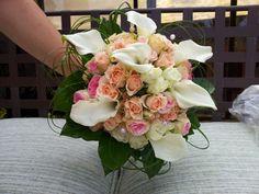 Ramo de rosas pitimini y calas crystal blush