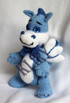 Crochet patterns animals are usually used to make Amigurumi. Have you ever heard about Amigurumi? It is a doll that is made with one crochet needle method. Amigurumi is commonly found in the form of animal dolls. Dragon En Crochet, Crochet Dragon Pattern, Crochet Patterns Amigurumi, Amigurumi Doll, Crochet Toys, Crochet Stitches, Free Crochet, Knitting Patterns, Kids Crochet