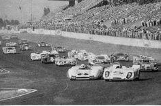 1970 1.000 Km de Buenos Aires - Largada de la 1º Serie. Dura porfía entre el Berta LR y el Porsche 908 de Masten Gregory